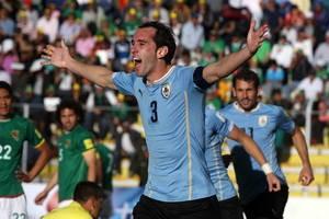 BOL13- LA PAZ (BOLIVIA).- 08/10/2015.- El jugador de Uruguay Diego Godín celebran un gol ante Bolivia hoy, jueves 8 de octubre de 2015, durante el partido por las eliminatorias sudamericanas del Mundial Rusia 2018, que se disputa en el estadio Hernando Siles de La Paz. EFE/MARTIN ALIPAZ
