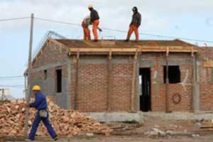 obreros_construyendo_casa_t