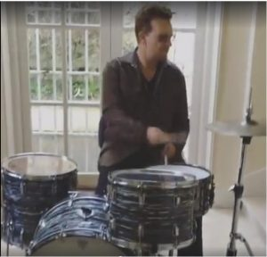 Bono tocando bateria
