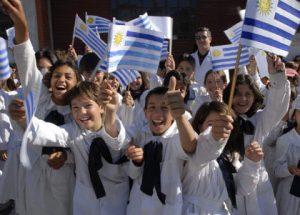 niños uy con banderas nacionales